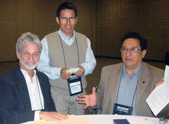 Hiderico Bocángel, presidente de APPCACAO,  acompañado de Dean Cycon, importante cliente de la cooperativa Oro Verde.