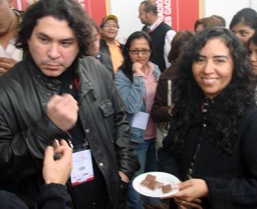 Gastón Acurio prueba chocolate de La Orquídea